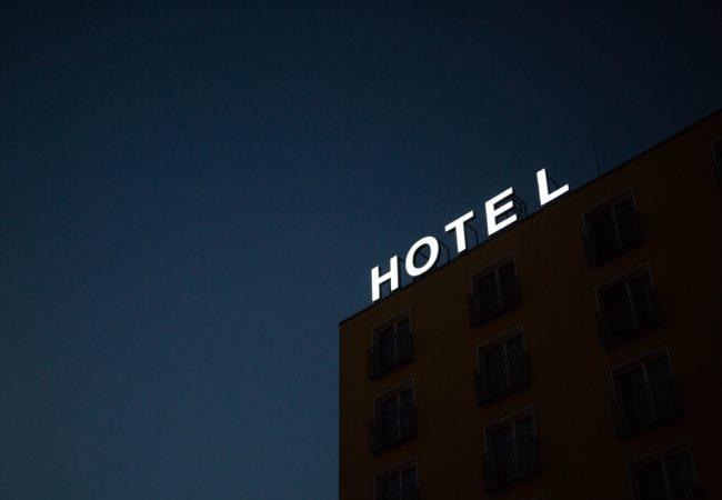 """Hotele"" sau ""hoteluri""?"