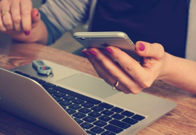 """""""Online"""" sau """"on-line""""? Cum se scrie corect acest cuvânt?"""