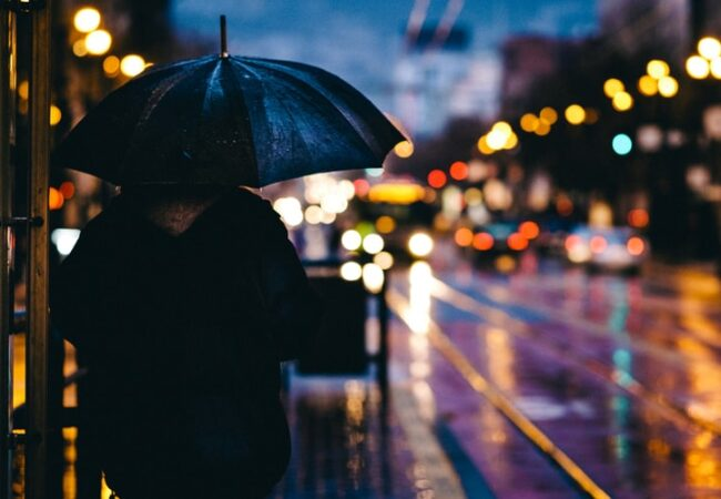 """""""Ploaie"""" sau """"plouă""""? Cum este, de fapt, corect?"""